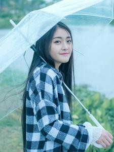 雨季中的浪漫長發妹子格子襯衫清新