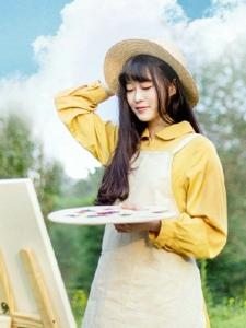 蓝天白云下的文艺画画甜美少女