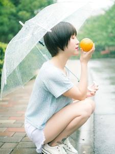 短发橙子少女雨季浪漫散步清新写真