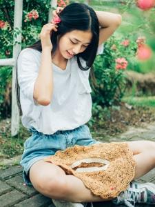 可爱休闲少女花园内纯真魅力笑容