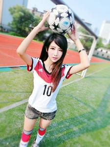 足球宝贝夏小薇绿茵场唯美图片
