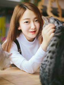 韩系甜美少女私房与猫玩耍嬉戏