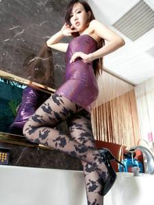 淡妆青春时尚美女Sara花纹黑丝气质迷人