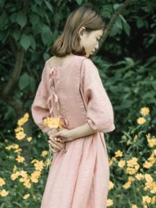 粉色长裙柔美美女荒野寂寥写真