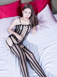 洞洞连身丝袜美女Stephy床上诱惑写真