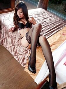 妩媚美女Kiki床上内衣网袜美腿姿势撩人