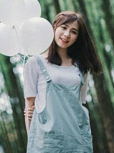 清新少女户外气球玩伴青春可人
