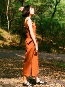 短发轻熟女森林深处寂静迷人写真