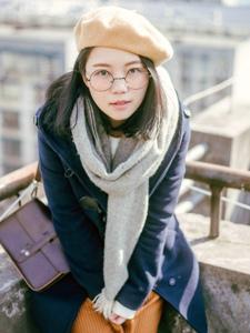 天台上的眼镜美女冬日温暖阳光