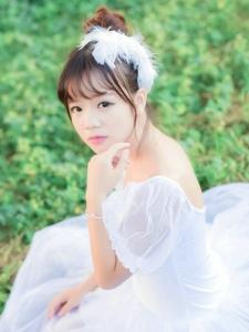 甜美芭蕾舞裙少女森林中的靚麗獨舞