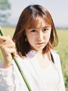 清新文艺美女田野中铺抓蜻蜓