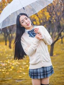 银杏树下的长发美女雨季漫步