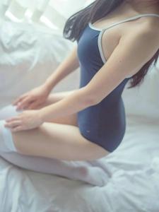 穿着舞蹈训练服与白色丝袜的纯美少女很迷人
