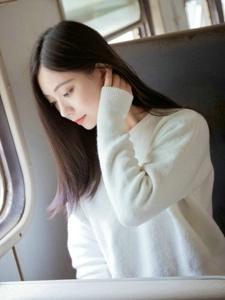 柔美美女火車上溫婉恬靜迷人
