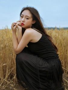 中分女神气质黑裙红唇娇艳欲滴