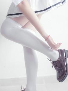 教室里的纯美白色丝袜校服少女好像天使一样美丽
