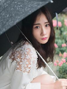 大眼萌妹雨季戶外休閑浪漫寫真