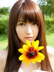 向日葵少女清纯魅力绿茵写真