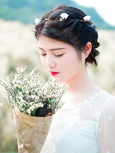白纱少女手捧鲜花户外唯美写真