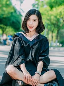 毕业季美女学士服清丽动人