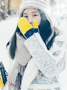 寒冷雪地上的清纯妹子热爱摄影