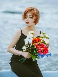 短发御姐海边狂风吹乱你的发