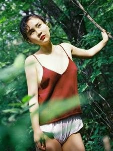 森林深处吊带美女性感艺术写真