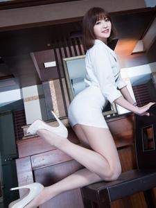 翘臀美女Lucy板凳诱惑写真