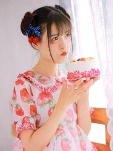 粉嫩萌妹子私房奶油蛋糕甜美可人