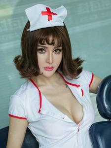 高挑女护士青树大胆露胖次写真