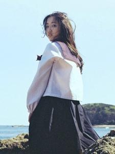 清纯学生妹岛上阳光照射海风飘荡