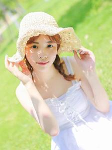 绿茵草地白皙少女清新文艺唯美写真