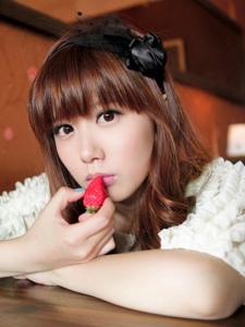 清纯可人的短裙草莓女神夏季清新街拍写真