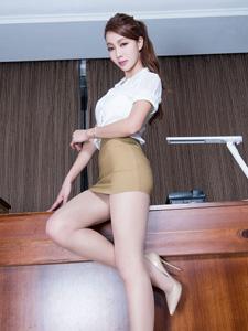 魅力模特Emma长腿纤腰地板诱惑写真