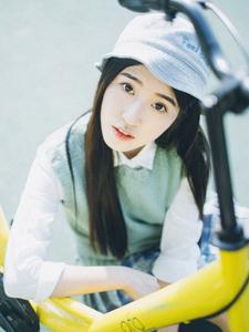 可爱单车少女操场魅力写真清秀丽人