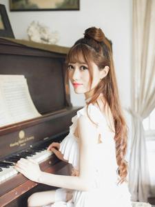 大眼萌妹钢琴少女阿赵文艺写真清新丽人