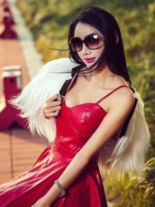 美艳嫩模婕西儿红色皮裙街拍性感时尚