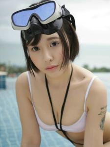 清纯美眉Evelyn艾莉泳池湿身美乳丰臀