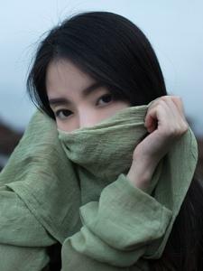 纯美气质少女海边感受栩栩飘来的轻风