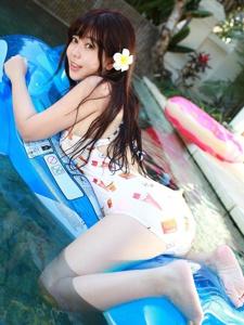 夏季清爽妹子刘飞儿Faye泳池湿身诱惑