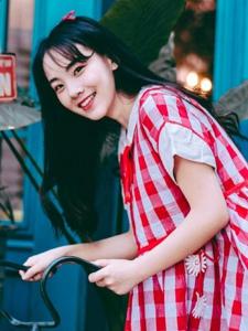 红格子裙黑发少女清新笑容青春靓丽