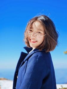 蓝天下的短发妹子养眼笑容迷人靓丽