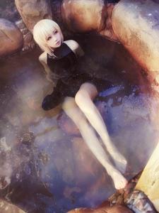 黑化saber同人温泉泳装Cosplay图片