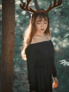 森林内的麋鹿少女黑裙气质美丽迷人