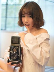 大眼短发的清纯女生私房怀旧甜美写真