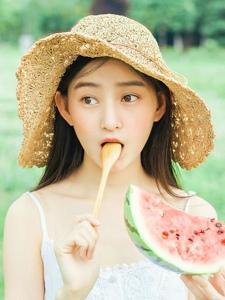 草帽少女清凉夏日西瓜可爱活泼