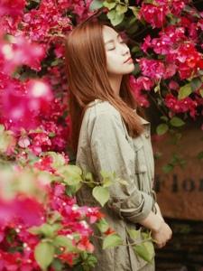 那片花儿内的气质轻熟温婉美女