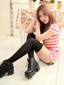 90后清纯少女黑色过膝袜室内可爱伊人写真