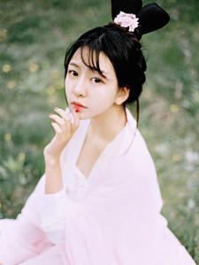 粉嫩古装少女绿茵草地意境写真唯美自然
