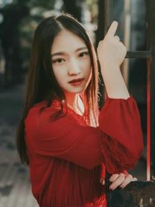 中分美女傍晚天空下红裙耀眼美丽